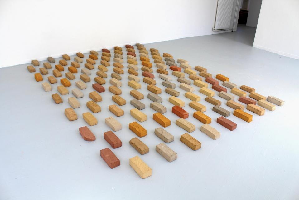 136 Parts de terres, 2017, briques en terre crue et ciment, 350x300 cm